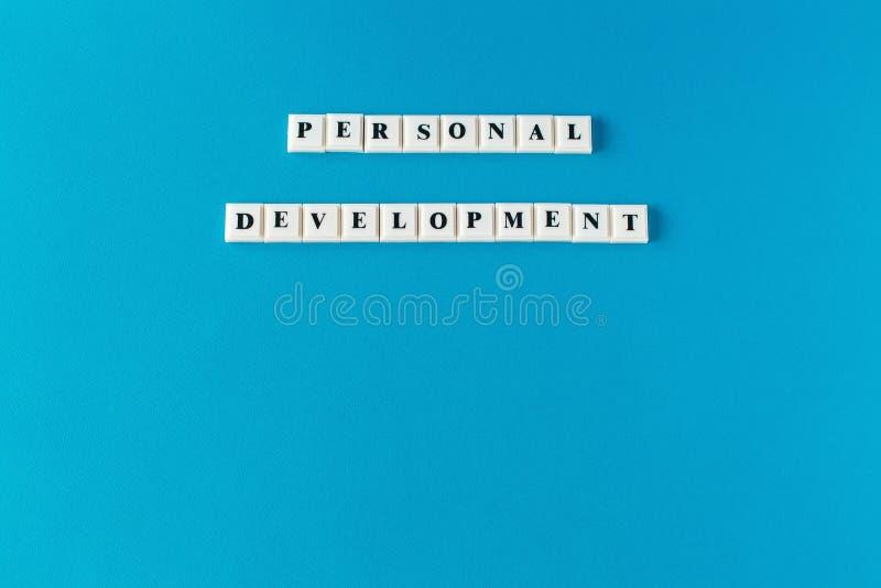ανάπτυξη προσωπική Απομονωμένο κείμενο που γράφεται στο μπλε υπόβαθρο στοκ φωτογραφία με δικαίωμα ελεύθερης χρήσης
