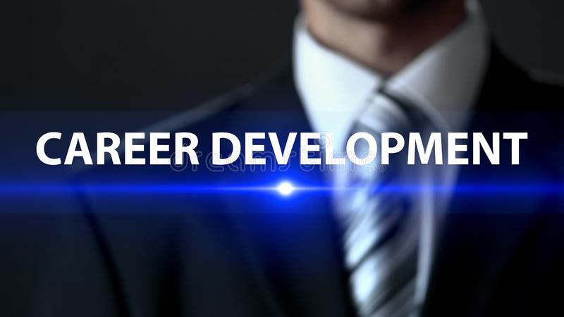 Ανάπτυξη σταδιοδρομίας, επιχειρηματίας που στέκεται μπροστά από την οθόνη, επαγγελματισμός στοκ φωτογραφία με δικαίωμα ελεύθερης χρήσης