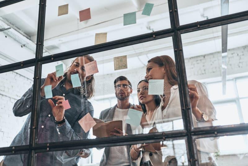 Ανάπτυξη της νέας στρατηγικής Ομάδα σύγχρονων νέων στο έξυπνο γ στοκ εικόνα με δικαίωμα ελεύθερης χρήσης
