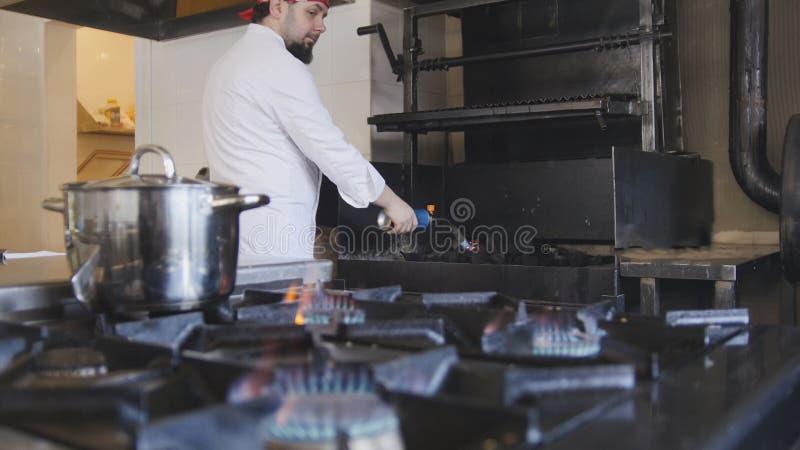 Ανάφλεξη του ξυλάνθρακα στο φούρνο σχαρών που χρησιμοποιεί έναν καυστήρα αερίου σε αργή κίνηση στοκ εικόνες