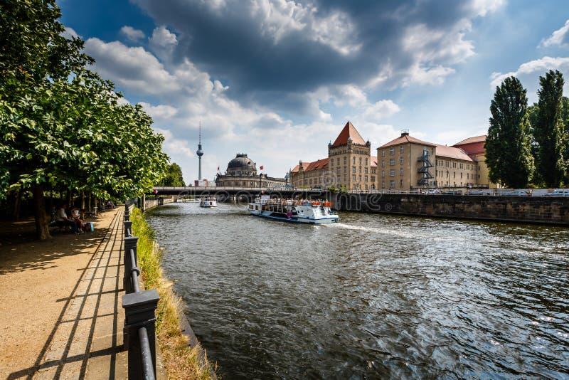 Ανάχωμα ξεφαντωμάτων ποταμών και νησί μουσείων, Βερολίνο στοκ φωτογραφία με δικαίωμα ελεύθερης χρήσης