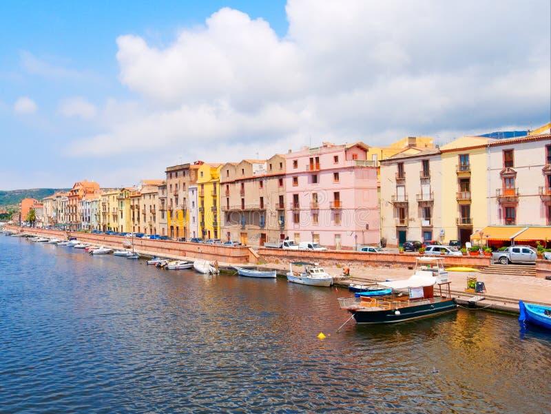 Ανάχωμα ποταμών στην πόλη Bosa με τα ζωηρόχρωμα, χαρακτηριστικά ιταλικά σπίτια επαρχία Oristano, Σαρδηνία, Ιταλία στοκ εικόνες με δικαίωμα ελεύθερης χρήσης