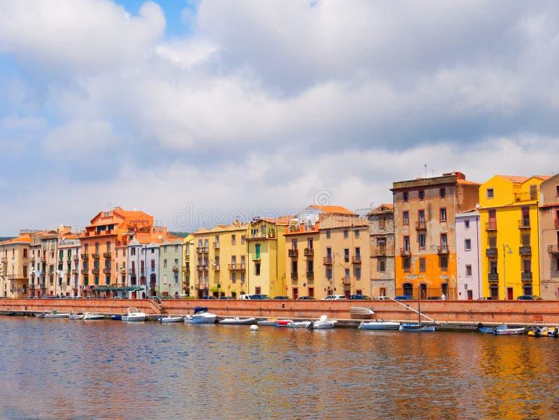 Ανάχωμα ποταμών στην πόλη Bosa με τα ζωηρόχρωμα, χαρακτηριστικά ιταλικά σπίτια επαρχία Oristano, Σαρδηνία, Ιταλία στοκ φωτογραφίες