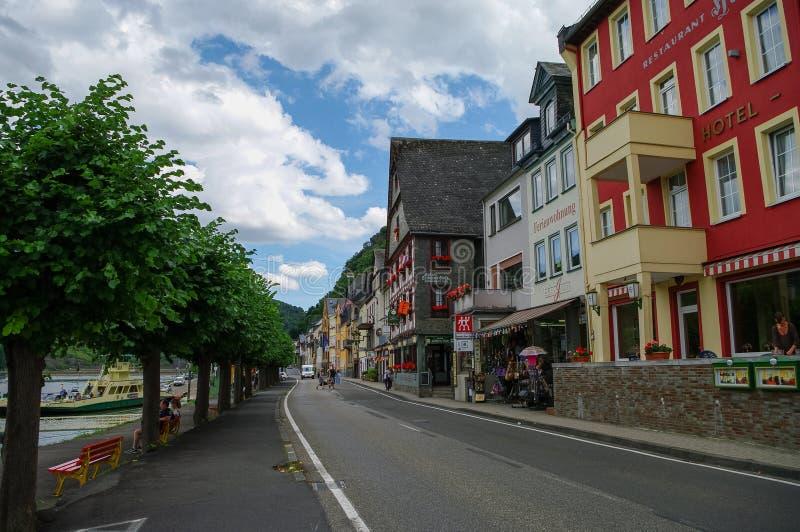 Ανάχωμα του Ρήνου στο μεσαιωνικό χωριό Sankt Goar με Rheinfel στοκ εικόνες