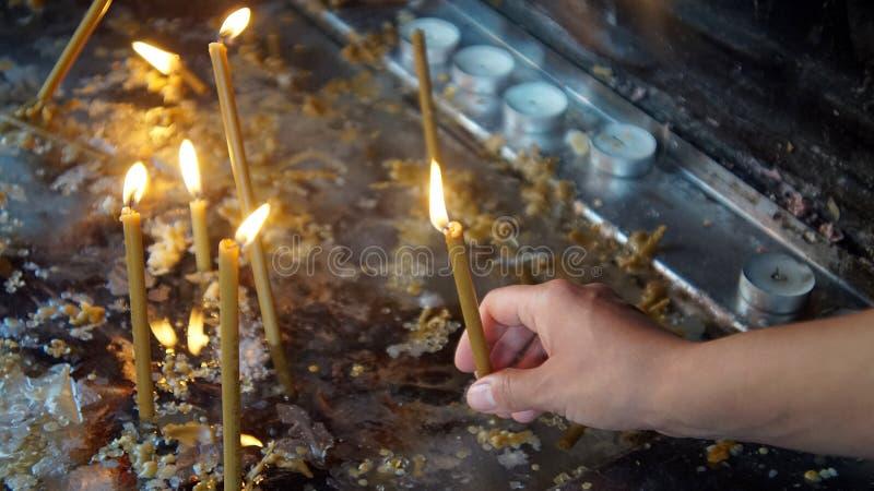 Ανάψτε ένα κερί για τις ψυχές των ατόμων στοκ εικόνα