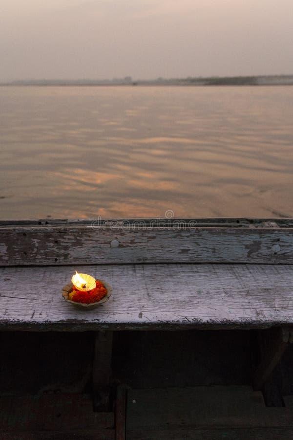 Ανάψτε αναμμένος στην άκρη της ξύλινης βάρκας στο ηλιοβασίλεμα στον ποταμό του Γάγκη στο Varanasi, Ινδία στοκ εικόνες με δικαίωμα ελεύθερης χρήσης