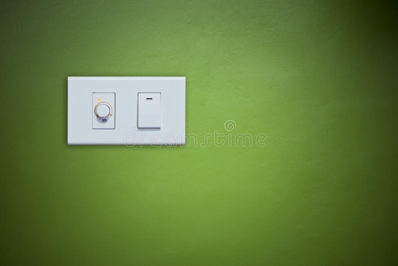 Ανάψτε την ηλεκτρική συσκευή στον πράσινο τοίχο στοκ φωτογραφία με δικαίωμα ελεύθερης χρήσης