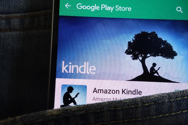 Ανάψτε app στον ιστοχώρο καταστημάτων παιχνιδιού Google που επιδεικνύεται στο smartphone που κρύβεται στην τσέπη τζιν στοκ εικόνα με δικαίωμα ελεύθερης χρήσης