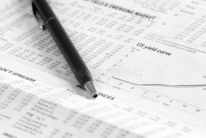 Ανάλυση εφημερίδων των χρηματοοικονομικών αγορών στοκ φωτογραφία με δικαίωμα ελεύθερης χρήσης