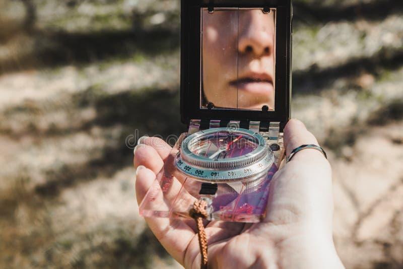 Ανέξοδη πυξίδα υπό εξέταση ενός κοριτσιού που ψάχνει για το σωστό PA στοκ εικόνα