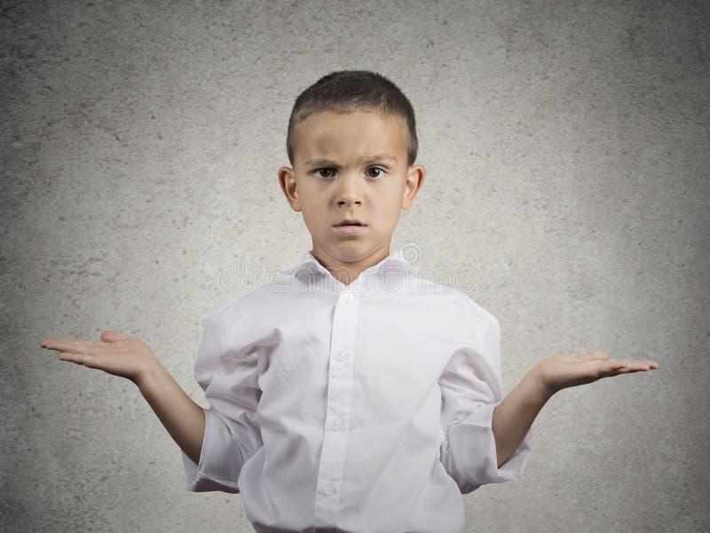 Ανίδεο αγόρι παιδιών με τα όπλα που ρωτούν έξω αυτό που είναι πρόβλημα στοκ φωτογραφίες με δικαίωμα ελεύθερης χρήσης