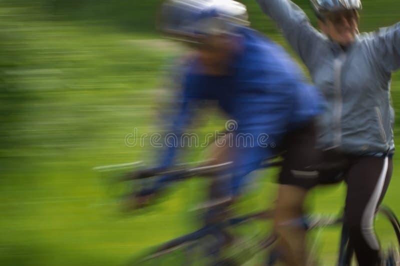 αναβάτες κινήσεων θαμπάδων ποδηλάτων διαδοχικοί στοκ εικόνες