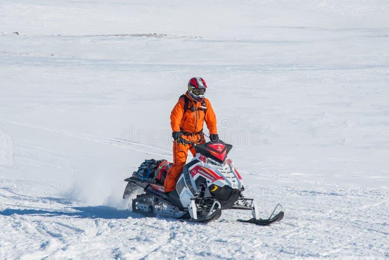 Αναβάτης οχήματος για το χιόνι από την αναζήτηση και τη διάσωση της Ισλανδίας στοκ φωτογραφία