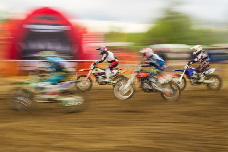 Αναβάτης ποδηλάτων ανταγωνισμού μοτοκρός στην κίνηση στοκ φωτογραφία