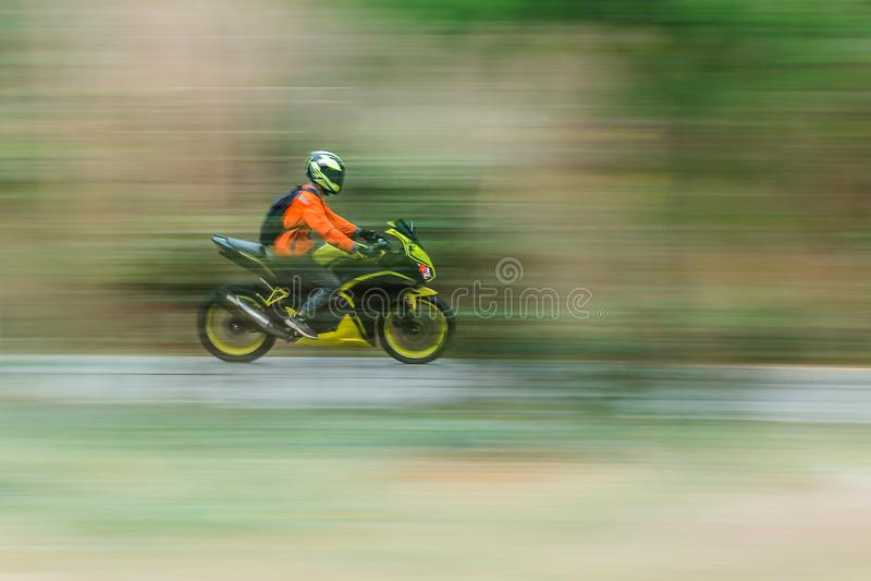 Αναβάτης ποδηλάτων στη βράση θαμπάδων κινήσεων στοκ φωτογραφία με δικαίωμα ελεύθερης χρήσης