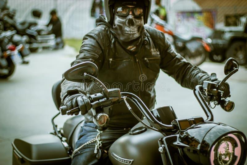 Αναβάτης ποδηλατών του Harley Davidson με τη μάσκα κρανίων στοκ εικόνες
