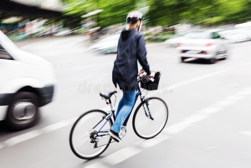 Αναβάτης ποδηλάτων στη θαμπάδα κινήσεων στοκ εικόνες με δικαίωμα ελεύθερης χρήσης