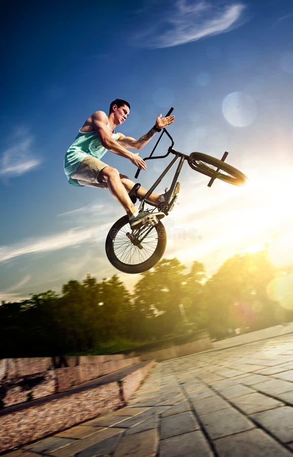 Αναβάτης ποδηλάτων Bmx στα κυριώτερα σημεία στοκ εικόνες