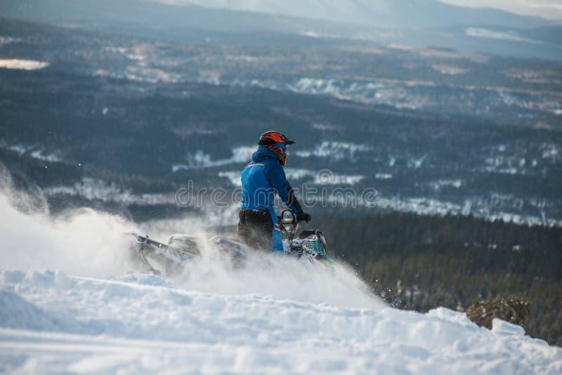Αναβάτης στο όχημα για το χιόνι στα βουνά στοκ φωτογραφίες με δικαίωμα ελεύθερης χρήσης