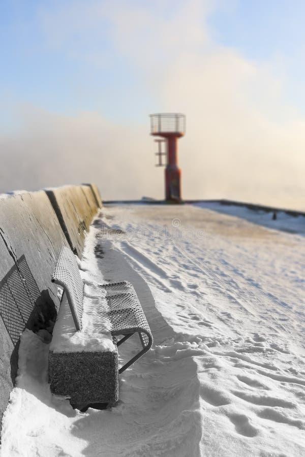 Αναγνωριστικό σήμα και πάγκος στο χιονώδη τυφλοπόντικα στοκ φωτογραφία με δικαίωμα ελεύθερης χρήσης