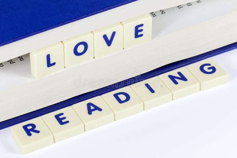 ΑΝΑΓΝΩΣΗ ΑΓΑΠΗΣ ανάγνωσης κειμένων μεταξύ των σελίδων του βιβλίου στοκ φωτογραφία με δικαίωμα ελεύθερης χρήσης