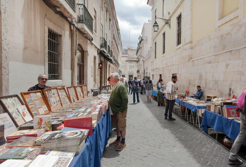 Αναγνώστες ενδιαφερόμενοι στα παλαιά βιβλία υπαίθρια παζαριών με τις εκλεκτής ποιότητας φωτογραφίες και τα περιοδικά στοκ εικόνα