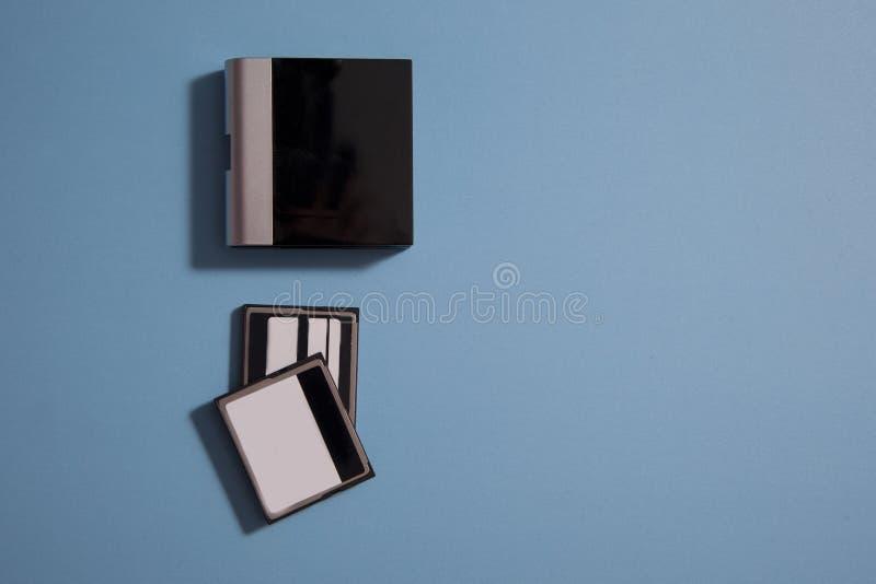 Αναγνώστης καρτών και δύο κάρτες στοκ εικόνες