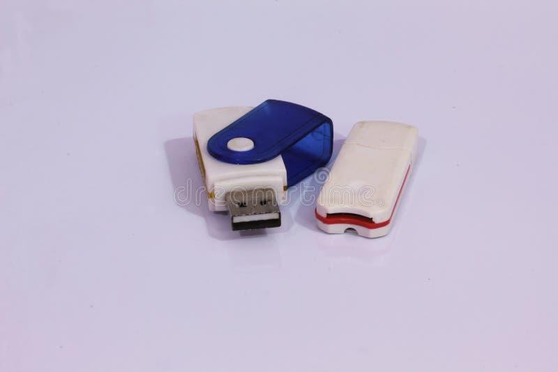 Αναγνώστης καρτών μνήμης με άσπρο στενό επάνω υποβάθρου στοκ εικόνα