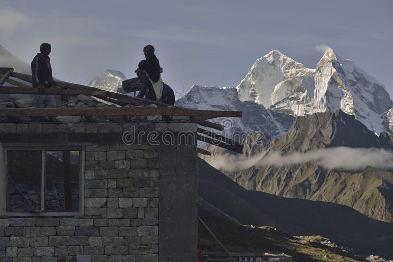 Αναδημιουργία σπιτιών μετά από το σεισμό από τις 25 Απριλίου 2015 στο Νεπάλ, χωριό Pheriche (4,371m) στοκ εικόνα