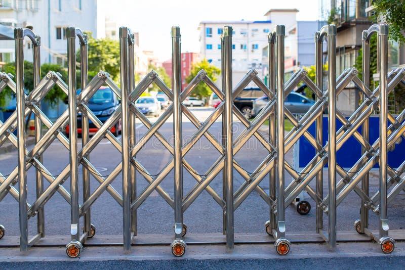 Αναδιπλούμενος ανασυρόμενος φράχτης σε τροχούς Φραγμός του χρωμίου στους τροχούς Συρόμενες πύλες σε κυλίνδρους Πεζός φραγμός Πύλη στοκ φωτογραφία με δικαίωμα ελεύθερης χρήσης