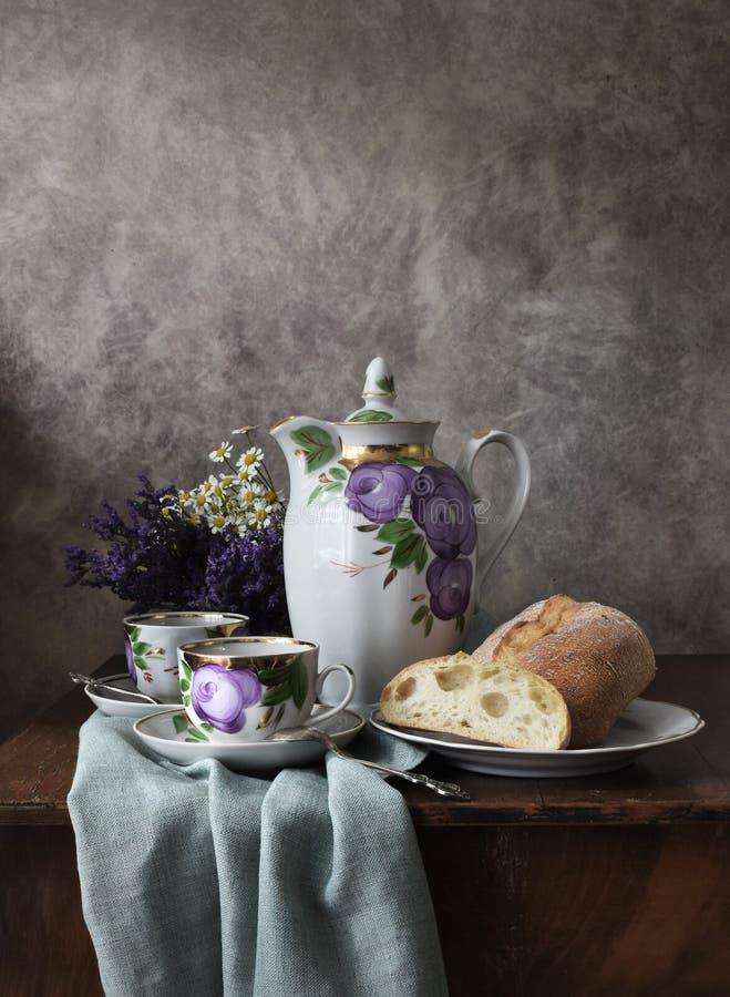 Αναδρομικά ακόμα ζωής αφισών φλυτζάνια κατσαρολών δοχείων καφέ προγευμάτων εκλεκτής ποιότητας, ασημένιο κουτάλι, σπιτικό αρτοποιε στοκ εικόνες