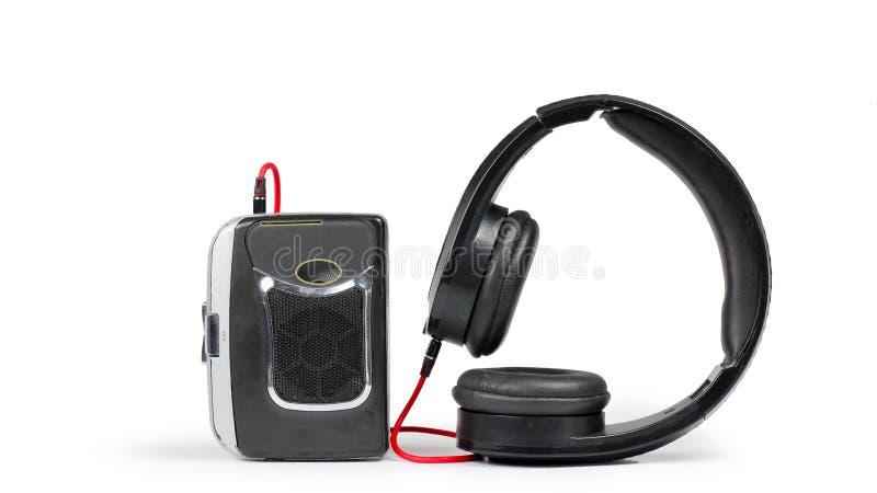 Αναδρομικά γουόκμαν και ακουστικά στο άσπρο ράφι στοκ φωτογραφία