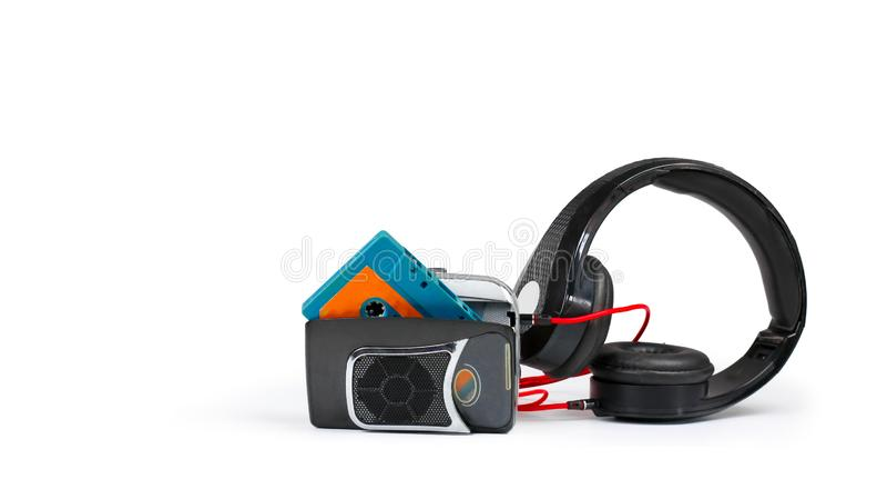 Αναδρομικά γουόκμαν και ακουστικά στο άσπρο ράφι στοκ φωτογραφία με δικαίωμα ελεύθερης χρήσης