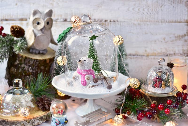 Αναδρομικές διακοσμήσεις Χριστουγέννων ύφους στους θόλους γυαλιού στοκ φωτογραφία με δικαίωμα ελεύθερης χρήσης
