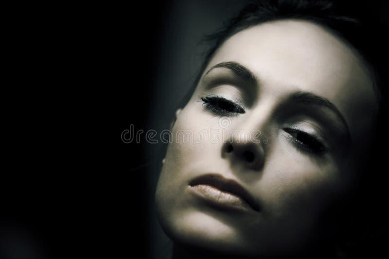αναδρομική γυναίκα πορτρέτου κινηματογραφήσεων σε πρώτο πλάνο στοκ φωτογραφία