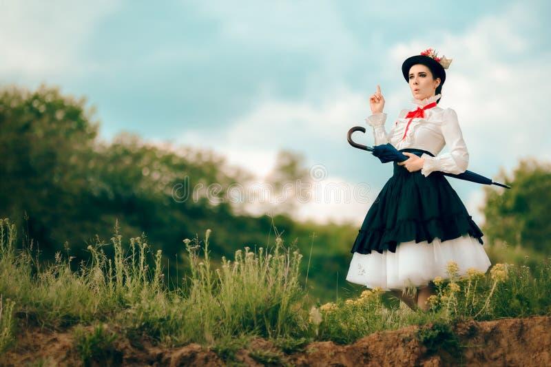 Αναδρομική γυναίκα στο πορτρέτο φαντασίας κοστουμιών παραμανών υπαίθρια στοκ εικόνα