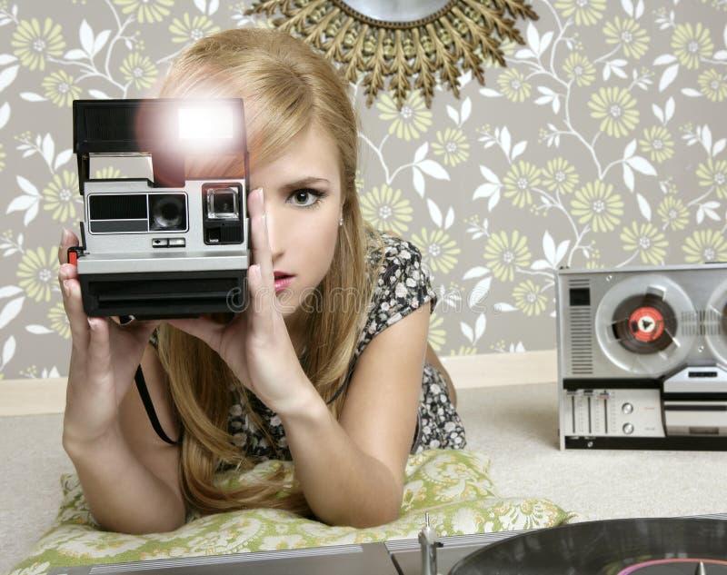 Αναδρομική γυναίκα φωτογραφιών φωτογραφικών μηχανών στο εκλεκτής ποιότητας δωμάτιο στοκ εικόνες