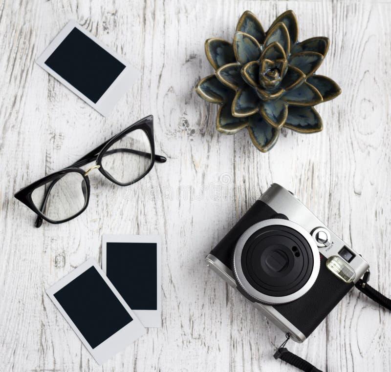Αναδρομική κάμερα, γυαλιά και κενή παλαιά στιγμιαία φωτογραφία εγγράφου στοκ φωτογραφία με δικαίωμα ελεύθερης χρήσης