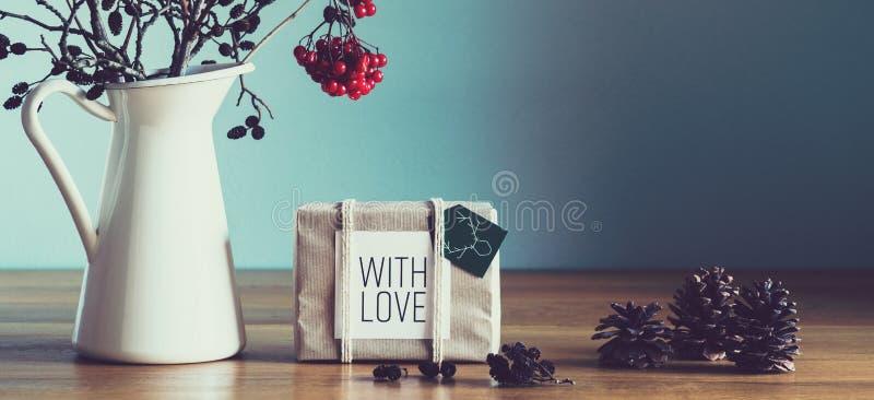 Αναδρομική, φυσική και απλή εγχώρια διακόσμηση Χριστουγέννων με το όμορφο φως παραθύρων Τυλιγμένο χριστουγεννιάτικο δώρο στοκ φωτογραφίες με δικαίωμα ελεύθερης χρήσης