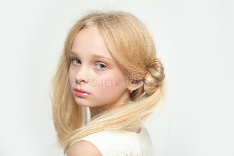 Αναδρομικός ξανθός έφηβος r βαφή προσοχής τρίχας ευτυχές ξανθό κορίτσι skincare και φυσικό makeup αποκατάσταση και κατσάρωμα στοκ φωτογραφίες