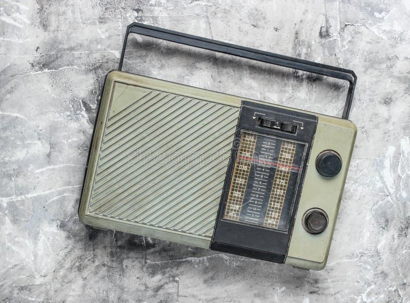 Αναδρομικός παλαιός ραδιο δέκτης σε ένα γκρίζο συγκεκριμένο υπόβαθρο Τοπ όψη ξεπερασμένη τεχνολογία στοκ φωτογραφία με δικαίωμα ελεύθερης χρήσης