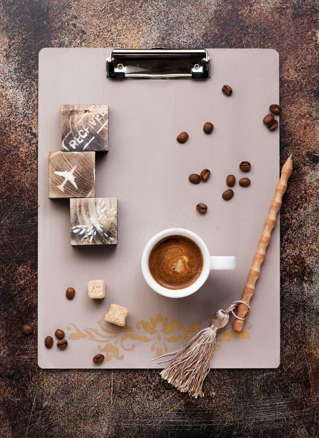 Αναδρομικός περιοχή αποκομμάτων, μολύβι, καφές φλυτζανιών με τη ζάχαρη και φασόλια καφέ στοκ φωτογραφία με δικαίωμα ελεύθερης χρήσης