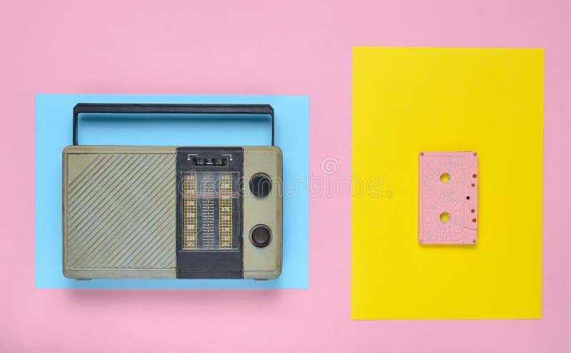 Αναδρομικός ραδιο δέκτης, ακουστική κασέτα σε ένα χρωματισμένο υπόβαθρο εγγράφου μινιμαλισμός Τοπ όψη στοκ εικόνα με δικαίωμα ελεύθερης χρήσης