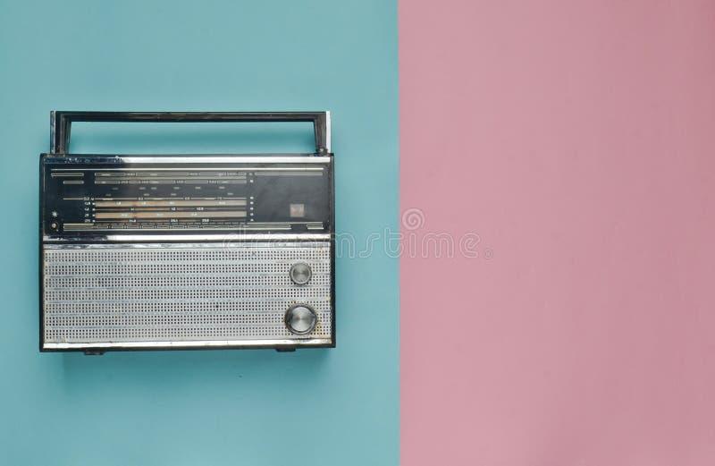 Αναδρομικός ραδιο δέκτης σε ένα ρόδινο μπλε υπόβαθρο κρητιδογραφιών Η δεκαετία του '60 τεχνολογίας MEDIA στοκ εικόνες