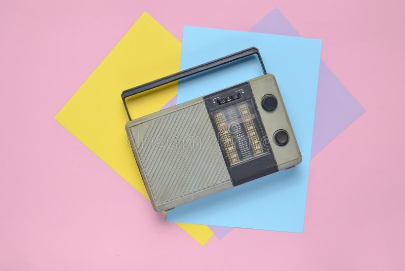 Αναδρομικός ραδιο δέκτης σε ένα χρωματισμένο υπόβαθρο εγγράφου μινιμαλισμός Τοπ όψη στοκ φωτογραφία με δικαίωμα ελεύθερης χρήσης