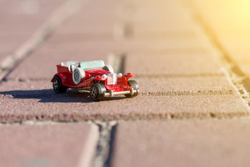 Αναδρομικό αυτοκίνητο παιχνιδιών - σύμβολο του ταξιδιού και της περιπέτειας στοκ εικόνα