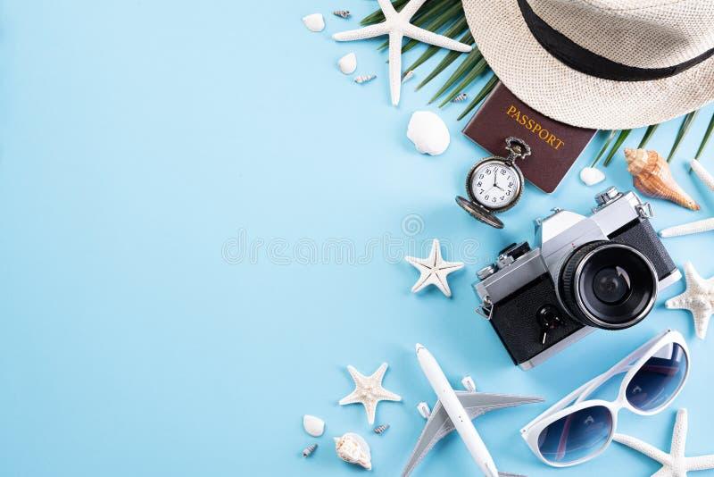 Αναδρομικό κάμερα ταινιών εξαρτημάτων παραλιών, γυαλιά ηλίου, βιβλίο διαβατηρίων, αεροπλάνο, καπέλο παραλιών αστεριών και κοχύλι  στοκ εικόνα με δικαίωμα ελεύθερης χρήσης