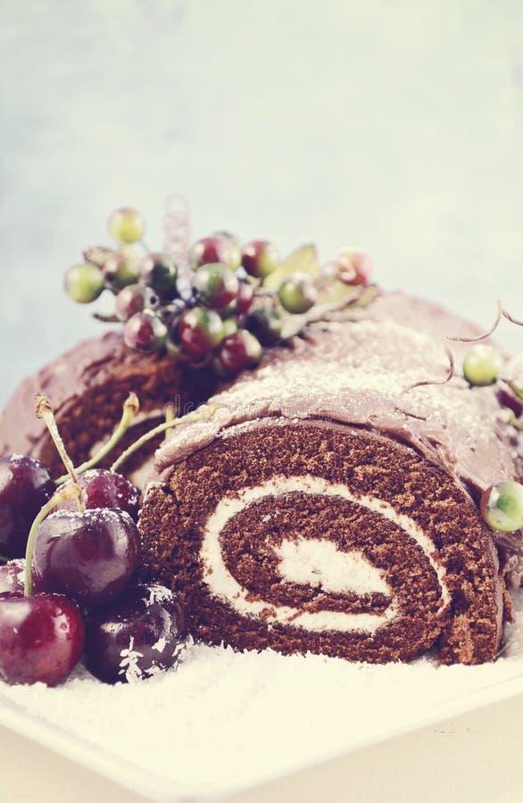 Αναδρομικό κέικ σοκολάτας κούτσουρων ύφους Χριστουγέννων yule στοκ φωτογραφίες