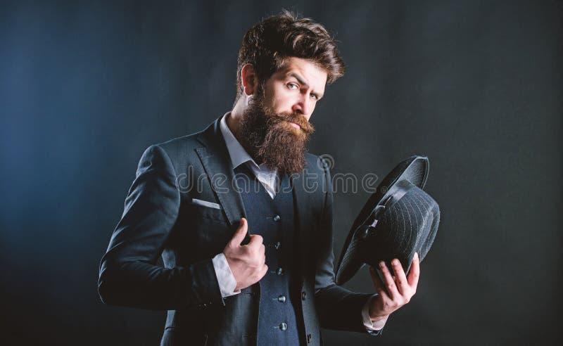 Αναδρομικό καπέλο μόδας Άτομο με το καπέλο Εκλεκτής ποιότητας μόδα Το άτομο εκαλλώπισε καλά το γενειοφόρο κύριο στο σκοτεινό υπόβ στοκ εικόνες