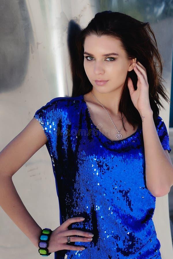 Αναδρομικό κορίτσι στη λαμπρή μπλε εξάρτηση στοκ φωτογραφία με δικαίωμα ελεύθερης χρήσης